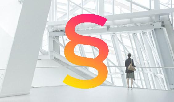 Prosoz Herten-Bild OZG Digitale Verwaltung-Frau steht in einem futuristischem Gebäude vordergründig im dynamischen Farbpfad ist ein Paragraf zu sehen von Gelb bis Pink