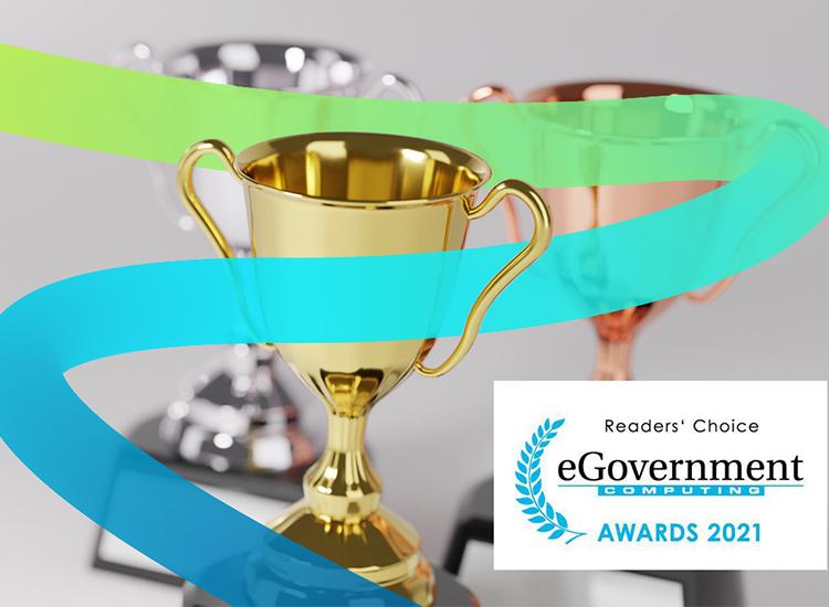 Prosoz Herten-Bild Award eGoverment- ein goldener Pokal im Vordergrund mit dem dynamischen Prosoz Farbpfad rechts das Logo zum eGoverment Award 2021