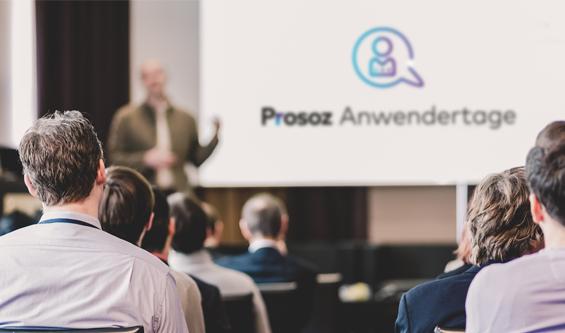 Prosoz Herten- Bild kleiner Karriere AWT Kachel- Prosoz Anwendertage Präsentation mit Leuten die zuhören